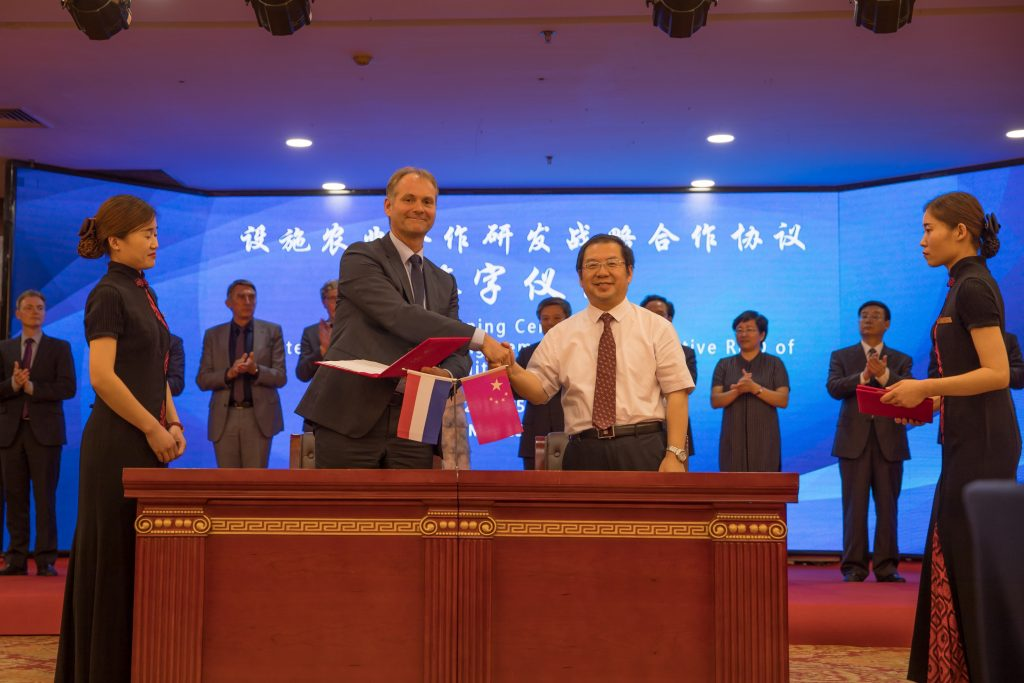 Photo: Photo: A Memorandum of Understanding (MoU) for future close collaboration was signed during a ceremony by Sales & Marketing Director of Hoogendoorn Mr. Martin Helmich, and Managing Director of CAU Futong Prof. Tianzhu Zhang in presence of South Holland province officials and Hebei province officials.